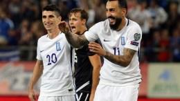 παίκτες της Εθνικής Ελλάδας Κώστας Μήτρογλου (Δ) και ο Πέτρος Μάνταλος (Α) πανηγυρίζουν για το γκολ που πέτυχαν κατά τη διάρκεια του αγώνα Εθνική Ελλάδας Εθνική Γιβραλτάρ για την 10η αγωνιστική του 8ου ομίλου, για την πρόκριση στην τελική φάση του Παγκοσμίου Κυπέλλου 2018, στο γήπεδο «Γ. Καραϊσκάκης», Τρίτη 10 Οκτωβρίου 2017. Τελικό αποτέλεσμα Ελλάδα Γιβραλτάρ 4 – 0. ΑΠΕ-ΜΠΕ/ΑΠΕ-ΜΠΕ/ΟΡΕΣΤΗΣ ΠΑΝΑΓΙΩΤΟΥ
