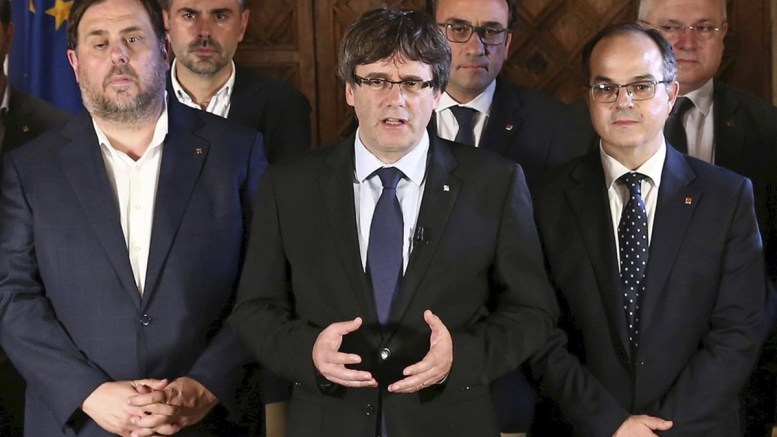 A handout photo made available by the Catalonian Government's Press Office showing Catalonian Government's president Carles Puigdemont (C) and his Cabinet. EPA, JORDI BEDMAR / HANDOUT, EDITORIAL USE ONLY
