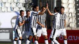 Οι παίκτες του ΠΑΟΚ πανηγυρίζουν κατά τη διάρκεια του αγώνα ποδοσφαίρου ΠΑΟΚ-Λαμία για την 7η αγωνιστική του πρωταθλήματος της Super League, που διεξήχθη στο γήπεδο Τούμπας, Θεσσαλονίκη, Κυριακή 15 Οκτωβρίου 2015. ΑΠΕ-ΜΠΕ/ PIXEL/ ΣΩΤΗΡΗΣ ΜΠΑΡΜΠΑΡΟΥΣΗΣ