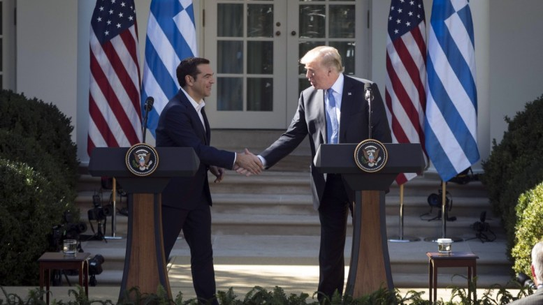Ο Πρόεδρος των Ηνωμένων Πολιτειών, Ντόναλντ Τραμπ (Donald Trump) (Δ) με τον πρωθυπουργό Αλέξη Τσίπρα (Α), ανταλλάσουν χειραψία κατα την κοινή συνέντευξη Τύπου στο Rose Garden αμέσως μετά την ολοκλήρωση των συνομιλιών τους, την Τρίτη 17 Οκτωβρίου 2017, στο Λευκό Οίκο. ΑΠΕ-ΜΠΕ/ΓΡΑΦΕΙΟ ΤΥΠΟΥ ΠΡΩΘΥΠΟΥΡΓΟΥ/Andrea Bonetti