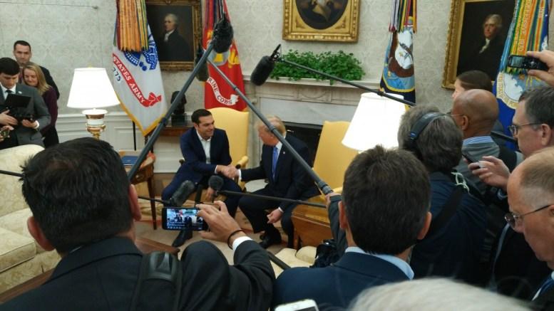 Ο πρωθυπουργός Αλέξης Τσίπρας με τον πρόεδρο Ντόναλντ Τραμπ στο Όβαλ Οφις. Φωτογραφία mignatiou.com