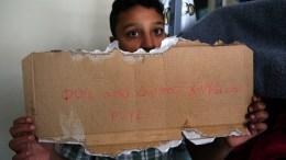 Ο 11-χρονος Αμίρ από το Αφγανιστάν που είχε κληρωθεί για σημαιοφόρος από το σχολείο του, κρατάει ένα χαρτόνι που πέταξαν, μαζί με πέτρες και μπουκάλια μέσα στο δωμάτιό του, στο σπίτι όπου μένει, άγνωστοι κουκουλοφόροι στις 3 τα ξημερώματα, Αθήνα, Παρασκευή 03 Νοεμβρίου 2017. ΑΠΕ-ΜΠΕ/ΣΥΜΕΛΑ ΠΑΝΤΖΑΡΤΖΗ
