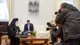 File Photo: Ο πρόεδρος της Νέας Δημοκρατίας Κυριάκος Μητσοτάκης, ανταλλάσει δώρα με τον Αρχιεπίσκοπο Τιράνων Δυρραχίου και Πάσης Αλβανίας, Αναστάσιο, σε συνάντηση που είχαν στο γραφείο του στη Βουλή, το Σάββατο 4 Νοεμβρίου 2017. ΑΠΕ ΜΠΕ, ΓΡΑΦΕΙΟ ΤΥΠΟΥ ΝΔ, ΔΗΜΗΤΡΗΣ ΠΑΠΑΜΗΤΣΟΣ