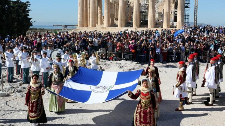 Μέλη του Λυκείου Ελληνίδων μεταφέρουν τη σημαία στην Ακρόπολη στην τελετή του εορτασμού για την 73η επέτειο από την απελευθέρωση της Αθήνας από τους Ναζί. ΦΩΤΟΓΡΑΦΙΑ ΑΡΧΕΙΟΥ. ΑΠΕ - ΜΠΕ/Αλέξανδρος Μπελτές