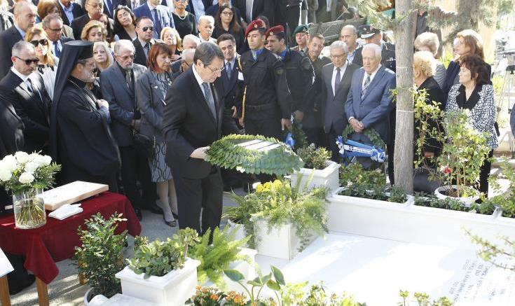 O πρόεδρος Αναστασιάδης καταθέτει στέφανο στη μνήμη του Γλαύκου Κληρίδη. Φωτογραφία ΚΥΠΕ.