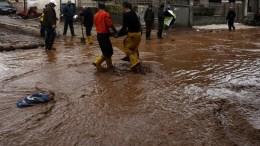 Κάτοικοι προσπαθούν να καθαρίσουν τα σπίτια τους και τα καταστήματά τους στο δήμο Μάνδρας μετά την πλημμύρα. ΑΠΕ-ΜΠΕ/ΑΛΕΞΑΝΔΡΟΣ ΒΛΑΧΟΣ
