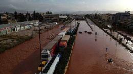 Εικόνα από την πλημμυρισμένη Μάνδρα. ΑΠΕ-ΜΠΕ/NEWSBEAST/ΓΙΑΝΝΗΣ ΚΕΜΜΟΣ