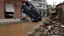 ΦΩΤΟΓΡΑΦΙΑ ΑΡΧΕΙΟΥ. Κατεστραμμένα αυτοκίνητα διακρίνονται μέσα σε πλημμυρισμένο από λάσπη δρόμο, στη Μάνδρα Αττικής, μετά τις καταρρακτώδεις βροχές που έπληξαν την περιοχή. ΑΠΕ – ΜΠΕ/ ΓΙΑΝΝΗΣ ΚΟΛΕΣΙΔΗΣ