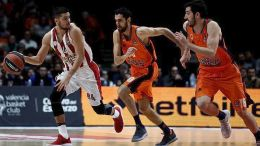 epa06360183 Olympiacos's guard Vassilis Toliopoulos (L) escapes from Joan Sastre (C) and Guillem Vives (R) of Valencia Basket, during their EuroLeague basketball match at Fuente de San Luis pavilion in Valencia, eastern Spain, 30 November 2017. EPA/Juan Carlos Cardenas