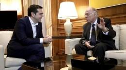Ο πρωθυπουργός, Αλέξης Τσίπρας (Α), μιλάει με τον πρόεδρο της Ένωσης Κεντρώων, Βασίλη Λεβέντη (Δ), κατά τη συνάντησή τους στο Μέγαρο Μαξίμου για ενημέρωση σχετικά με το περιεχόμενο των συναντήσεων του πρωθυπουργού στο Νταβός, Αθήνα, Σάββατο 27 Ιανουαρίου 2018. ΑΠΕ-ΜΠΕ/ΑΠΕ-ΜΠΕ/ΣΥΜΕΛΑ ΠΑΝΤΖΑΡΤΖ