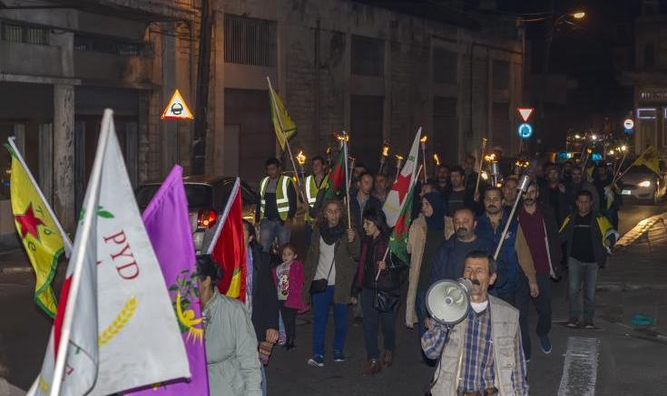 """Κρατώντας δάδες, σημαίες και πανό με συνθήματα όπως """"Αφρίν, τάφος της τουρκικής εισβολής και των τζιχαντιστών"""", διαδήλωσαν Κούρδοι στη Λεμεσό.   Φωτογραφία ΚΥΠΕ"""