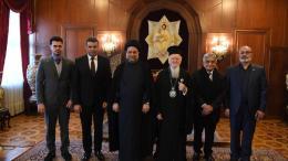 Από τον Οικουμενικό Πατριάρχη Βαρθολομαίο ζήτησε την συμβολή του  για την επιστροφή των Χριστιανών του Ιράκ, οι οποίοι αναγκάστηκαν να πάρουν τον δρόμο της προσφυγιάς, ο Σιίτης Μουσουλμάνος θρησκευτικός λειτουργός, Σεΐχης Αλαά Αλ-Μουσάουι. Φωτογραφία ΚΥΠΕ