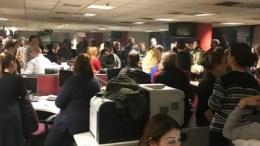 Τα γραφεία του Mega γεμάτα με τους εργαζόμενους του που αφέθηκαν στην τύχη τους. Φωτογραφία Mega