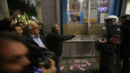 Μέλη του ΠΑΜΕ αντιμέτωποι με τα ΜΑΤ, σε συγκέντρωση διαμαρτυρίας που πραγματοποίησαν έξω από το υπουργείο Οικονομικών, για τους πλειστηριασμούς και τις διατάξεις του πολυνομοσχεδίου που αφορούν τις απεργίες, την Πέμπτη 11 Ιανουαρίου 2018. ΑΠΕ ΜΠΕ, ΑΛΕΞΑΝΔΡΟΣ ΜΠΕΛΤΕΣ
