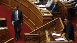 Ο πρωθυπουργός Αλέξης Τσίπρας μιλάει από το βήμα της Βουλής ενώ ο πρόεδρος της Νέας Δημοκρατίας Κυριάκος Μητσοτάκης προσέρχεται στην αίθουσα. ΑΠΕ-ΜΠΕ, ΑΛΕΞΑΝΔΡΟΣ ΒΛΑΧΟΣ