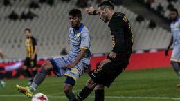 Ο παίκτης της ΑΕΚ Έλντερ Λόπεζ (Δ) μάχεται για την μπάλα με τον παίκτη του Παναιτωλικού, κατά τη διάρκεια του αγώνα ΑΕΚ-ΠΑΝΑΙΤΩΛΙΚΟΣ για το Κύπέλλο Ελλάδας στο ΟΑΚΑ, την Τρίτη 9 Ιανουαρίου 2018. ΑΠΕ-ΜΠΕ/ΑΠΕ-ΜΠΕ/ΠΑΝΑΓΙΩΤΗΣ ΜΟΣΧΑΝΔΡΕΟΥ