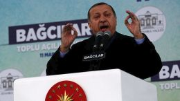 Ο Ερντογαν αποφάσισε να μείνει  για τρεις ακόμα μήνες στο....γύψο η Τουρκία EPA/SEDAT SUNA