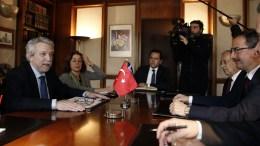 Ο υπουργός Δικαιοσύνης, Διαφάνειας και Ανθρωπίνων Δικαιωμάτων Σταύρος Κοντονής (Α) συνομιλεί με τον τον υφυπουργό Δικαιοσύνης της Τουρκίας Μπιλάλ Ουτσάρ (Δ) στην συνάντηση που είχαν στο υπουργείο, Τρίτη 23 Ιανουαρίου 2018. ΑΠΕ-ΜΠΕ, ΑΛΕΞΑΝΔΡΟΣ ΒΛΑΧΟΣ