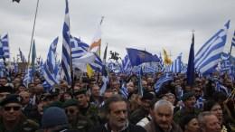 """ΦΩΤΟΓΡΑΦΙΑ ΑΡΧΕΙΟΥ. Χιλιάδες πολίτες από όλη την Ελλάδα συμμετείχαν στο συλλαλητήριο για την ονομασία των Σκοπίων, προκειμένου να μην υπάρχει ο όρος """"Μακεδονία"""" στην ονομασία της γειτονικής χώρας, στην πλατεία του Λευκού Πύργου, Θεσσαλονίκη. ΑΠΕ-ΜΠΕ, ΝΙΚΟΣ ΑΡΒΑΝΙΤΙΔΗΣ"""