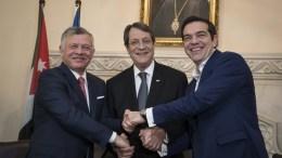 Ο πρωθυπουργός Αλέξης Τσίπρας (Δ) , ο πρόεδρος της Κυπριακής Δημοκρατίας Νίκος Αναστασιάδης (Κ) και ο βασιλιάς της Ιορδανίας Αμπντάλας Β΄ (Α), ανταλλάσουν χειραψία κατά την διάρκεια της συνάντησης τους στο Προεδρικό Μέγαρο, Τρίτη 16 Ιανουαρίου 2018. ΑΠΕ-ΜΠΕ/ΓΡΑΦΕΙΟ ΤΥΠΟΥ ΠΡΩΘΥΠΟΥΡΓΟΥ/Andrea Bonetti