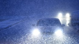 Traffic makes its way during a flurry of snow in north London, Britain 26 February 2018. Media reports on 26 February state that extreme cold weather is forecast to hit many parts of Europe with temperatures plummeting to a possible ten year low. EPA, NEIL HALL