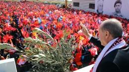 Ο Πρόεδρος της Τουρκίας, Ταγίπ Ερντογάν, χαιρετά τον όχλο... Φωτογραφία ΤΟΥΡΚΙΚΗ ΠΡΟΕΔΡΙΑ