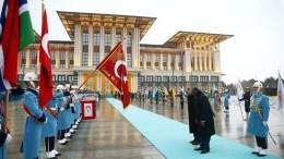 Ο πρόεδρος της Τουρκίας Ταγίπ Ερντογάν υποκλίνεται στην τουρκική σημαία. Φωτογραφία Τουρκική Προεδρία
