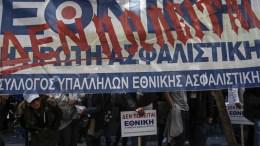 File Photo: Εργαζόμενοι της Εθνικής Ασφαλιστικής κρατούν πανό και πλακάτ κατά τη διάρκεια διαμαρτυρίας, έξω από το υπουργείο Οικονομικών. ΑΠΕ-ΜΠΕ, ΓΙΑΝΝΗΣ ΚΟΛΕΣΙΔΗΣ