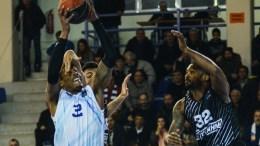 Αερομαχία κάτω από το καλάθι μεταξύ του παίκτη της Κύμης Smith (Α) και του παίκτη του ΠΑΟΚ Goss (Δ) κατά τη διάρκεια του αγώνα Πρωταθλήματος Basket League ΑΠΕ-ΜΠΕ, Βασίλης Ασβεστόπουλος
