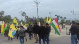 Διαδηλωτές στη Λάρνακα, κρατώντας πανό με τη μορφή του Αμπντουλάχ Οτσαλάν, και κουρδικές σημαίες, φώναζαν συνθήματα κατά της Τουρκίας και μοίραζαν φυλλάδια με διαφωτιστικό υλικό.  Φωτογραφία ΚΥΠΕ