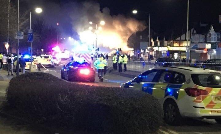 "Iσχυρή έκρηξη σε κτίριο που στεγάζει παντοπωλείο και κατοικία στην περιοχή του Χίνκλεϊ Ρόουντ. ""Σοβαρό"" συμβάν λενε οι αρχές.  Photo via Twitter  @KoffeeWithKish"