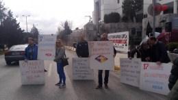 Οι Εργαζόμενοι του Μεγάλου Καναλιού έξω από την Motor Oil της οικογένειας Βαρδινογιάννη. Φωτογραφία via Facebook