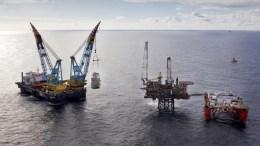Σκάφος της ΕΝΙ κοντά σε πλατφόρμα άντλησης πετρελαίου File Photo: EPA, BP
