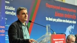 """Ο Υπουργός Οικονομικών Ευκλείδης Τσακαλώτος κατά την ομιλία του στο 9ο Περιφερειακό Συνέδριο για την Παραγωγική Ανασυγκρότηση με θέμα """"Το νέο παραγωγικό πρότυπο και η έξοδος του από την κρίση"""" που πραγματοποιείτε στο Νέο Λιμάνι της Πάτρας, Δευτέρα 5 Φεβρουαρίου 2018. Το συνέδριο οργανώνουν η Περιφέρεια Δυτικής Ελλάδας και το Υπουργείο Οικονομίας και Ανάπτυξης. ΑΠΕ-ΜΠΕ/ΑΠΕ-ΜΠΕ/ΓΙΩΤΑ ΚΟΡΜΠΑΚΗ"""