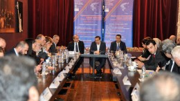 O πρωθυπουργός Αλέξης Τσίπρας (K) λίγο πριν την ομιλία του στο Συνέδριο, σε σύσκεψη με τους υπουργούς που συμμετέχουν στο 9ο Περιφερειακό Συνέδριο για την Παραγωγική Ανασυγκρότηση και τους εκπροσώπους της Τοπικής Αυτοδιοίκησης που πραγματοποιείτε στο Νέο Λιμάνι της Πάτρας, την Τρίτη 6 Φεβρουαρίου 2018. ΑΠΕ-ΜΠΕ, ΓΡΑΦΕΙΟ ΤΥΠΟΥ ΠΡΩΘΥΠΟΥΡΓΟΥ, ΓΙΩΤΑ ΚΟΡΜΠΑΚΗ