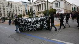 """Αντιεξουσιαστές διαδηλώνουν κατά τη διάρκεια συλλαλητηρίου για την ονομασία των Σκοπίων, προκειμένου να μην υπάρχει ο όρος """"Μακεδονία"""" στην ονομασία της γειτονικής χώρας, στην πλατεία Συντάγματος, Αθήνα, Κυριακή 4 Φεβρουαρίου 2018. ΑΠΕ-ΜΠΕ/ ΟΡΕΣΤΗΣ ΠΑΝΑΓΙΩΤΟΥ"""