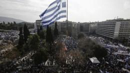 """Μια τεράστια Ελληνική σημαία ανεμίζει από γερανό, στην πλατεία Συντάγματος, ενώ διαδηλωτές παίρνουν μέρος στο συλλαλητήριο ενάντια στην χρήση του ονόματος """"Μακεδονία"""" από το κράτος της Πρώην Γιουγκοσλαβικής Δημοκρατίας της Μακεδονίας (ΠΓΔΜ), στην πλατεία Συντάγματος, Αθήνα Κυριακή 4 Φεβρουαρίου 2018. ΑΠΕ-ΜΠΕ, ΓΙΑΝΝΗΣ ΚΟΛΕΣΙΔΗΣ"""