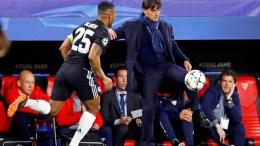 Sevilla's Italian head coach Vincenzo Montella (R) next to Manchester United's Antonio Valencia (L) during the UEFA Champions League round of 16, first leg soccer match between Sevilla FC and Manchester United at Sanchez Pizjuan stadium in Seville, southern Spain, 21 February 2018. EPA, JULIO MUNOZ