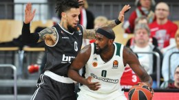 Daniel Hackett (L) of Bamberg in action against Chris Singleton (R) of Panathinaikos during the Euroleague basketball match between Brose Bamberg and Panathinaikos Superfoods Athens in Bamberg, Germany, 02 February 2018. EPA/TIMM SCHAMBERGER
