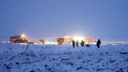 A handout photo made available by the Russian Emergencies Ministry press office shows fire fighters and emergencies ministry rescue staff arriving to the site of plane crash near Argunovo, Ramensky district, Moscow region, Russia, 11 February 2018. EPA, Russian Emergencies Ministry press service, HANDOUT HANDOUT EDITORIAL USE ONLY, NO SALES