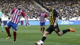 Ο παίκτης της ΑΕΚ, Μάρκο Λιβάια (Δ), διεκδικεί την κατοχή της μπάλας από τον παίκτη του Πανιωνίου, Βαλεντίνο Βλάχο (Α), κατά τη διάρκεια του αγώνα ποδοσφαίρου ΑΕΚ - Πανιώνιος για την 24η αγωνιστική του πρωταθλήματος Super League, που διεξήχθη στο Ολυμπιακό Αθλητικό Κέντρο Αθηνών, Κυριακή 4 Μαρτίου 2018. ΑΠΕ-ΜΠΕ, ΓΕΩΡΓΙΑ ΠΑΝΑΓΟΠΟΥΛΟΥ