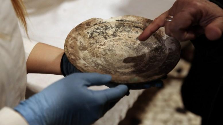 File Photo: Αρχαιολόγοι βγάζουν αρχαιότητες από σφραγισμένες κούτες. ΑΠΕ-ΜΠΕ, ΣΥΜΕΛΑ ΠΑΝΤΖΑΡΤΖΗ