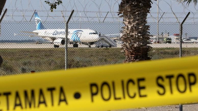 """File Photo: Χώρος του αεροδρομίου """"Γλαύκος Κληρίδης"""" αποκλεισμένος λόγω αεροπειρατείας σε αιγυπτιακό αεροσκάφος ΚΥΠΕ, Κάτια Χριστοδούλου"""