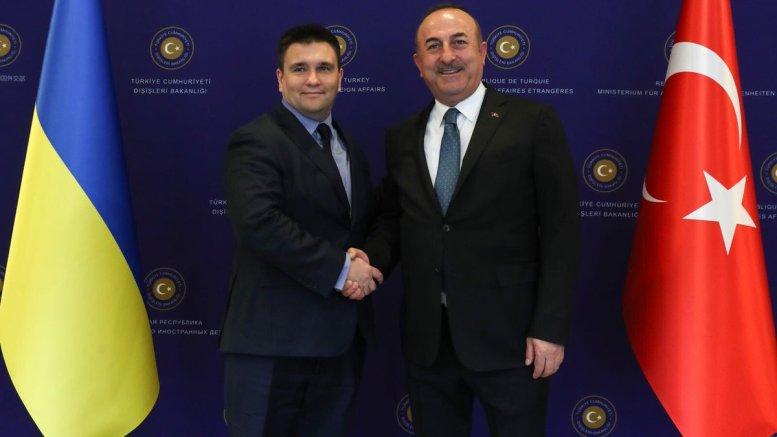 O Τούρκος υπουργός Εξωτερικών Μεβλούτ Τσαβούσογλου με τον Ουκρανό ομόλογό του. Φωτογραφία via Twitter @MevlutCavusoglu
