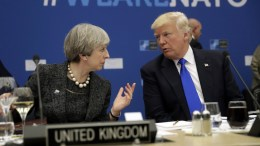 "File PHoto: Οι ηγέτες Βρετανίας και ΗΠΑ με φόντο το σλογκαν της Βορειοατλαντικής Συμμαχίας ""We Are NATO"" EPA< Matt Dunham"
