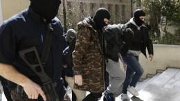 """Φερόμενα μέλη της ακροδεξιάς οργάνωσης """"Combat18"""" οδηγούνται στον εισαγγελέα, Αθήνα 7 Μαρτίου 2018. ΑΠΕ-ΜΠΕ, ΓΙΑΝΝΗΣ ΚΟΛΕΣΙΔΗΣ"""