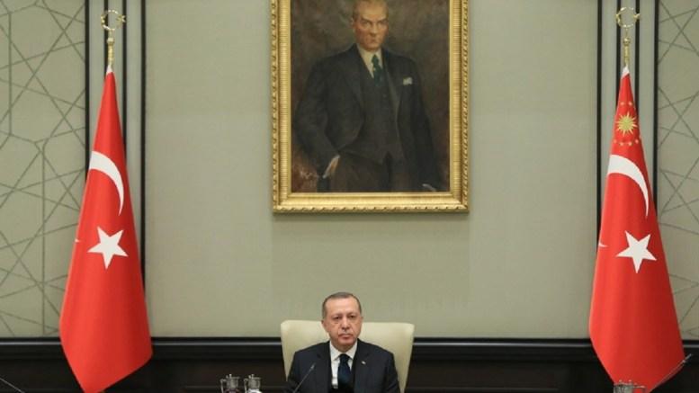 Ο Ταγίπ Ερντογάν υπό την ...σκέπη του Κεμάλ Ατατούρκ. Φωτογραφία Τουρκική Προεδρία