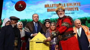 Ο πρόεδρος της Τουρκίας Ταγίπ Ερντογάν με οπαδούς του! Φωτογραφία Τουρκική Προεδρία