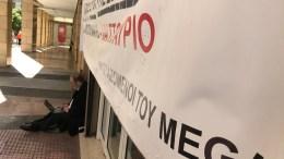 Από νωρίς το πρωί εργαζόμενοι του MEGA είχαν συγκεντρωθεί έξω από το ΕΣΡ περιμένοντας την απόφαση. Φωτογραφία MEGA
