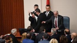 Ο Νίκολα Γκρούεφσκι τη στιγμή που επιτίθεται στον πρόεδρο τη Βουλής EPA, GEORGI LICOVSKI